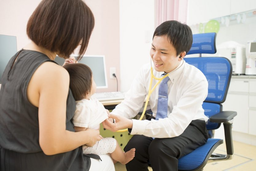 親子を診療しているお医者さん